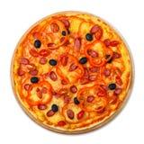 Pizza délicieuse avec des saucisses, des poivrons et des olives Photographie stock libre de droits
