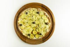 Pizza do abobrinha do vegetariano no fundo branco foto de stock royalty free