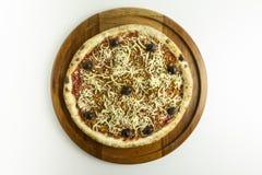 Pizza do alho e do óleo no fundo branco imagens de stock royalty free