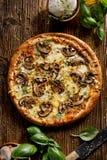 Pizza do cogumelo com mozzarella e ervas da adição em uma tabela de madeira fotos de stock