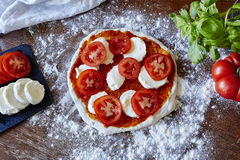 A pizza do cozimento desenrolou tomates e mussarela do molho da massa Fotografia de Stock