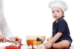 Pizza do cozinheiro do rapaz pequeno Close up isolado no branco Fotos de Stock