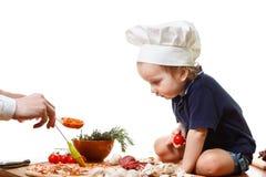 Pizza do cozinheiro do rapaz pequeno Close up isolado no branco Imagens de Stock Royalty Free