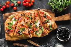 Pizza do Flatbread decorada com rúcula fresca na placa de madeira da pizza, vista superior Fotografia de Stock