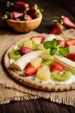 Pizza do fruto com banana, quivi, morango, abacaxi imagens de stock royalty free