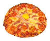 Pizza do ovo e do bacon com tomate e queijo Imagens de Stock