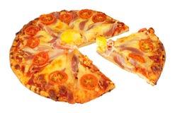 Pizza do ovo e do bacon com tomate e queijo Fotos de Stock Royalty Free