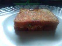 A pizza do pão fez por uma criança da criança de 7 anos foto de stock