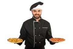 Pizza do serviço do homem do cozinheiro chefe Foto de Stock