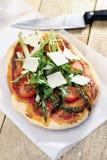 Alimento: Pizza do tomate do aspargo, do foguete e de cereja com Parmesão imagem de stock royalty free