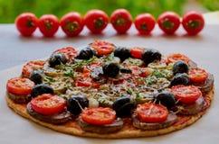 Pizza do vegetariano com cogumelos, azeitonas pretas e ervas na mesa de cozinha cinzenta decorada com tomates de cereja Fundo da  Imagens de Stock