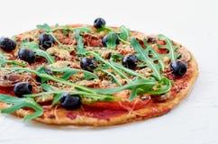 Pizza do vegetariano com cogumelos, tomates, azeitonas pretas, rucola na tabela branca isolada imagens de stock royalty free