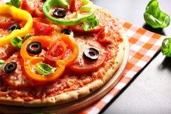 Pizza do vegetariano com pimentas, tomates, azeitonas e manjericão Imagens de Stock Royalty Free