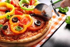 Pizza do vegetariano com pimentas, tomates, azeitonas e manjericão Foto de Stock