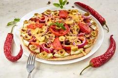 Pizza do vegetariano com tomates, pimenta de sino, anéis de cebola, azeitonas verdes, queijo e especiarias no fim branco do fundo Foto de Stock Royalty Free