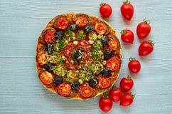 Pizza do vegetariano decorada com os tomates de cereja frescos no fundo concreto cinzento com espaço da cópia Pizza do vegetarian Imagem de Stock Royalty Free