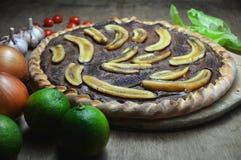 pizza doce Aberto-enfrentada com chocolate e bananas foto de stock