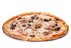 Pizza domestica con la salsiccia e la melanzana Fotografia Stock