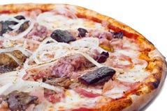 Pizza domestica con la salsiccia e la melanzana Immagini Stock
