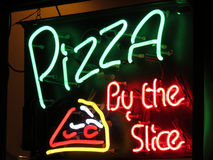Pizza door de Plak Stock Foto