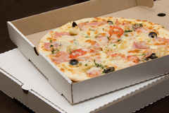 Pizza in doos stock afbeelding