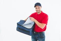 Pizza doręczeniowego mężczyzna otwarcia torba obraz stock
