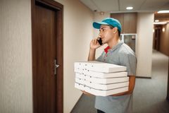 Pizza doręczeniowy mężczyzna przy drzwi wezwaniami klient zdjęcie royalty free