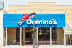 Pizza dos dominós e bandeira americana imagens de stock