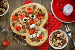 Pizza douce sous forme de crâne drôle pour traiter des enfants chez Hallowee Photo stock