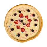 Pizza dulce con crema y fruta en fondo aislado imagenes de archivo