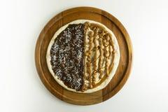 Pizza dulce con el chocolate y la leche dulce en el fondo blanco imagen de archivo libre de regalías