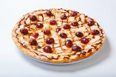Pizza dulce de la manzana con la uva cortada en el fondo blanco fotografía de archivo