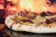 Pizza durch Lehmofen, Nahaufnahme mit Exemplarplatz Fotografía de archivo