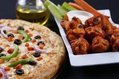 Pizza e asas Fotos de Stock