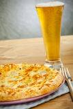 Pizza e cerveja Fotografia de Stock Royalty Free
