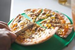 Pizza e conceito do entertaiment em casa imagem de stock