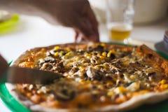 Pizza e concetto di entertaiment a casa fotografie stock libere da diritti