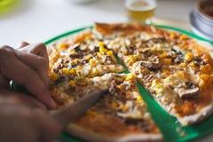 Pizza e concetto di entertaiment a casa fotografia stock libera da diritti