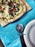 Pizza e cortador Imagens de Stock
