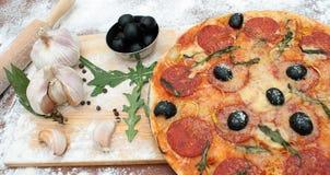 Pizza e gli ingredienti Fotografia Stock Libera da Diritti