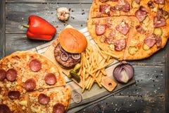 Pizza e Hamburger no fundo de madeira Foto de Stock Royalty Free