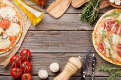 Pizza e ingredientes fotografia de stock royalty free