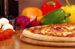 Pizza e ingredientes de salchichones Foto de archivo libre de regalías