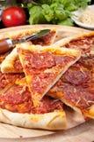 Pizza e ingredientes deliciosos rebanados de salchichones Fotos de archivo libres de regalías