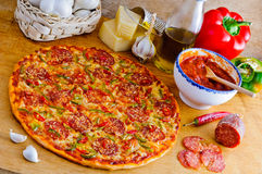 Pizza e ingredientes italianos Imagem de Stock