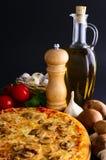Pizza e ingredientes tradicionales Fotografía de archivo