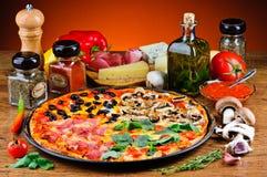 Pizza e ingredientes tradicionales Foto de archivo libre de regalías