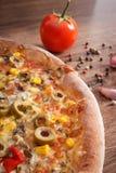 Pizza e ingredientes vegetarianos con las especias en el fondo de madera rústico, alimentos de preparación rápida Fotos de archivo libres de regalías