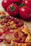 Pizza e tomates Fotografia de Stock Royalty Free