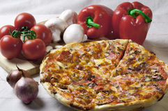 Pizza e vegetais Imagem de Stock
